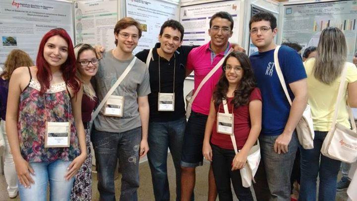 Estudantes do Grupo de Pesquisa (esquerda para direita): Belícia, Sara, Rodrigo, professor Taffarel, Johny, Adriana e Júlio | Crédito: Cedida/Taffarel  Melo.