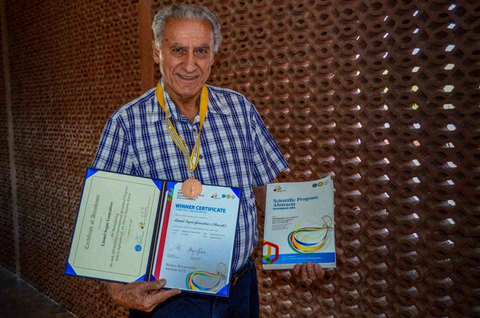 Professor Lionel Gonçalves expõe medalha e certificado da premiação na APIMONDIA 2015, além do periódico com a publicação de pesquisa sobre abelhas | Crédito: Eduardo Mendonça/Assecom/Ufersa