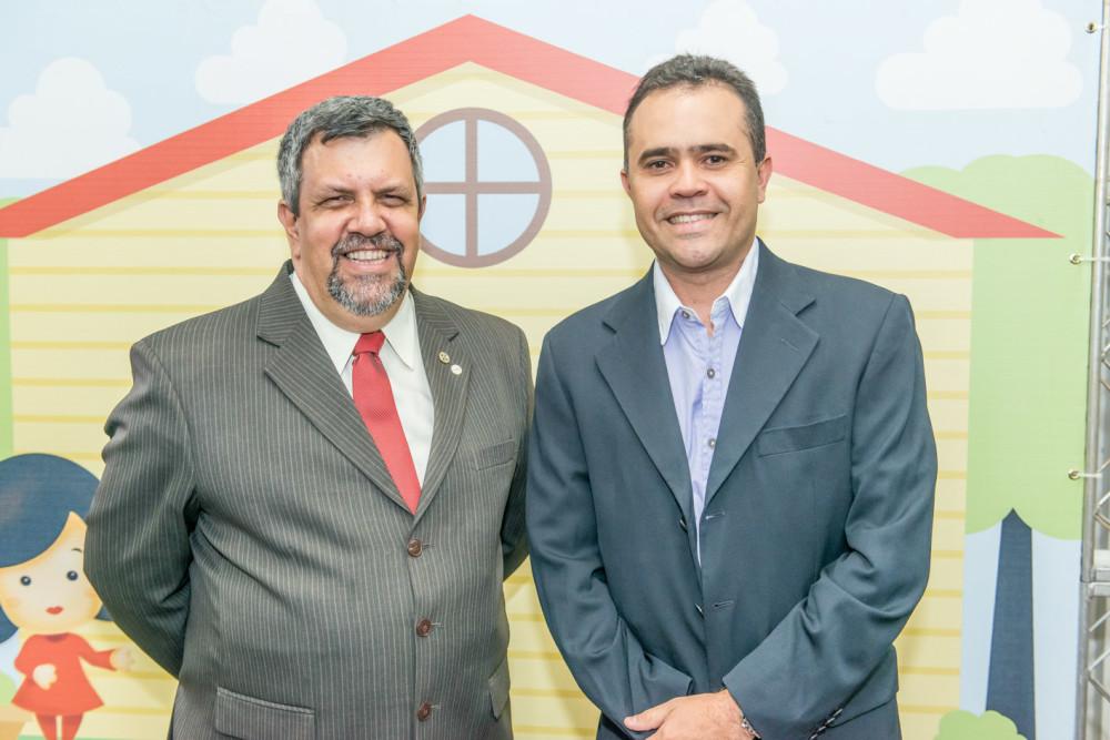 Professor Humberto Fernandes (dir) com Edson Martinho, presidente da Abracopel |Crédito: Cedida