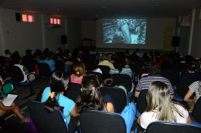 Público acompanhando a exibição dos filme na I Mostra de Cinema da Ufersa / Foto Assecom Ufersa