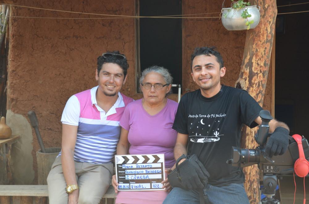 No meio, personagem do curta Porta Retrato ladeada por equipe de produção