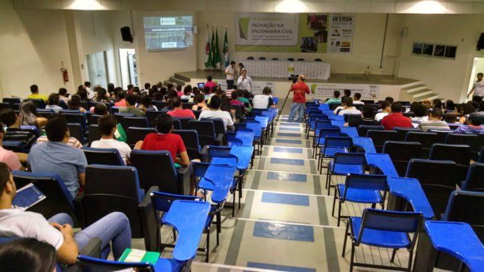 Auditório da Ufersa Angicos, alunos de todos os campi acompanhando as novidades da Engenharia Civil / Foto Assecom Ufersa